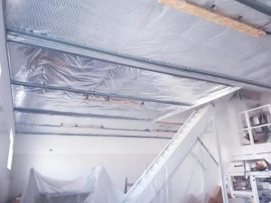 Biely matný strop vo výrobnej hale Košice