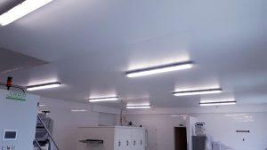Dokončený matný strop vo výrobnej hale Košice