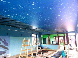 Napínací strop nad bazénom s motívom vesmíru