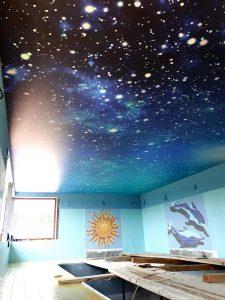 Napínaný strop nad bazénom s motívom vesmíru