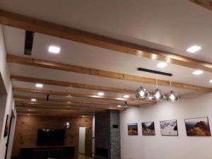 Moderné biele satenové stropy s priznanými drevenými trámami