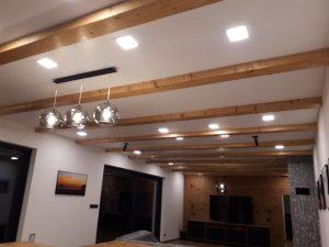 Saténový napínací strop s drevenými trámami