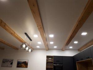 Moderná kombinácia napínacieho stropu a priznaných stropných trámov