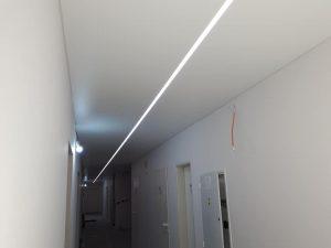 25 metrov dlhá chodba so stredovým profilom a LED podsvietením napínacieho stropu